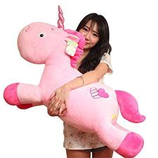 nena con un peluche de unicornio