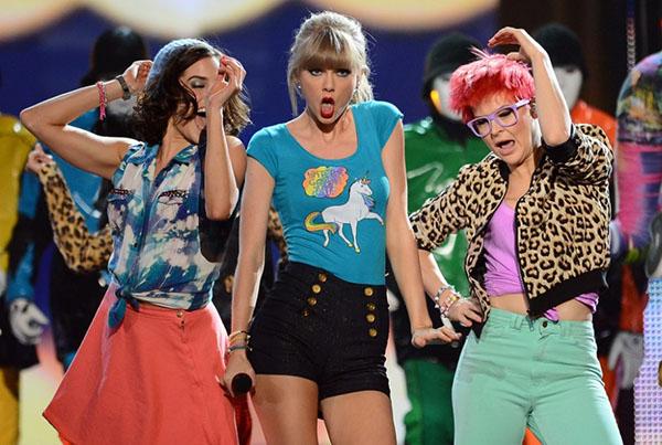 Taylor Swift bailando con camiseta de unicornios