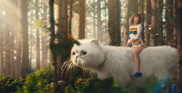 Taylor Swift montando a su gata unicornio