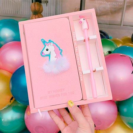 cuaderno de unicornio con boligrafo